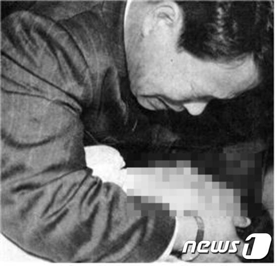 1996년  아들의 시신을  부여 안고 슬퍼하는 노봉구씨(당시 54세). (노수석 열사 추모사업회 제공) © News1