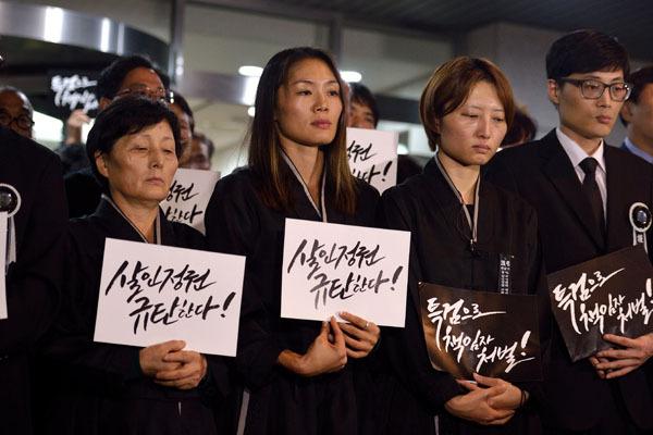 ⓒ시사IN 이명익 9월28일, 고 백남기 농민의 유가족들이 서울대병원 장례식장 앞에서 부검 영장 집행에 대한 거부 의사를 밝히고 있다.