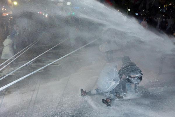 ⓒ연합뉴스 2015년 11월14일 백남기 농민이 경찰 물대포에 맞고 쓰러지는 장면.
