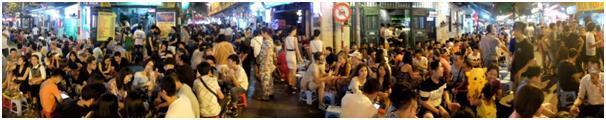 셔터문을 닫은 자리, 밤에 깨어나는 하노이의 노상 생맥주.