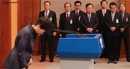 박근혜 대통령은 지난 25일 대국민사과를 통해 최순실을 중심으로 한 '비선 실세' 논란에 대해 해명했다. 사진 = 연합뉴스