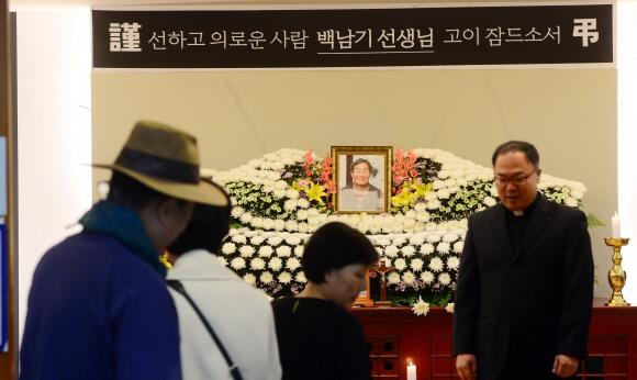 백남기씨 늦은 장례식  - 3일 서울 종로구 서울대병원에 마련된 백남기씨의 장례식장에 시민들의 조문이 이어지고 있다.정연호 기자 tpgod@seoul.co.kr