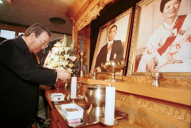 2001년 박정희 전 대통령 생가를 방문, 예를 올리는 JP © 시사저널 임준선