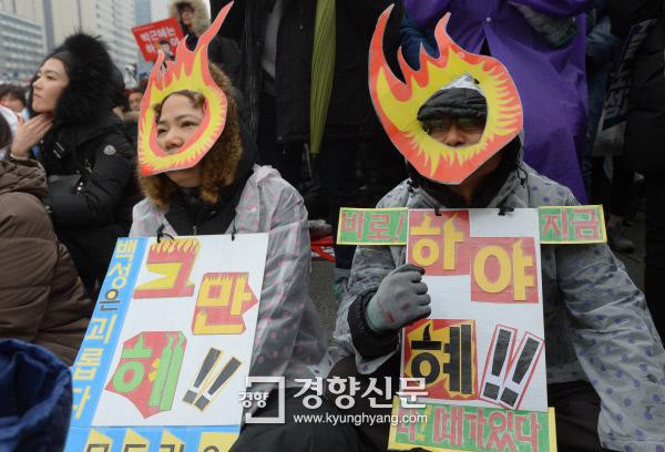 11월 26일 서울 도심에서 열린 박근혜 대통령 퇴진요구 집회에서 두 여성이 촛불 가면을 쓰고 퍼포먼스를 하고 있다. / 이석우 기자