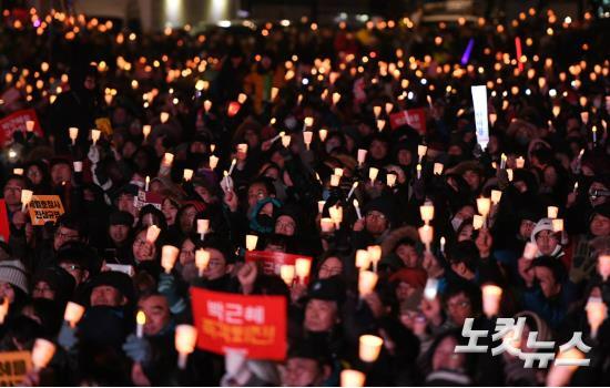 박근혜 대통령의 즉각 퇴진을 요구하는 7차 대규모 촛불 집회가 열린 10일 오후 광화문 광장 에서 시민들이 촛불을 들고 박근혜 정권을 규탄하고 있다. (사진=이한형 기자)