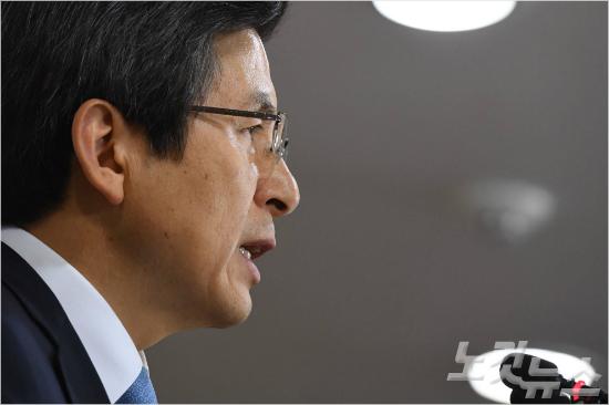 황교안 대통령 권한대행이 9일 오후 서울 세종로 정부서울청사에서 대국민담화문을 발표하고 있다(사진=이한형 기자)
