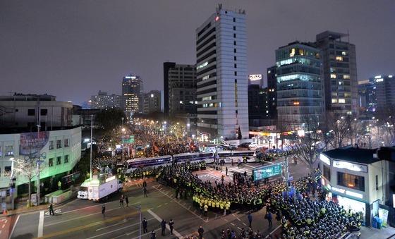 17일 오후 서울 종로구 헌법재판소 인근에서 박근혜 탄핵 촉구 8차 주말 촛불집회를 찾은 시민들이 헌재를 향해 박근혜 퇴진을 촉구하는 촛불을 밝히고 있다. /사진=뉴스1