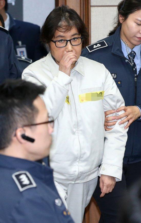 최순실씨가 19일 서울 서초구 서울중앙지법 형사대법정에서 열린 국정농단 사건 재판장으로 들어서고 있다. 사진=뉴시스