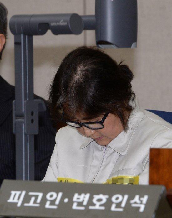 최순실씨가 19일 서울 서초구 서울중앙지법 형사대법정에 입장해 국정농단 사건 첫 재판의 시작을 기다리고 있다. 사진=뉴시스