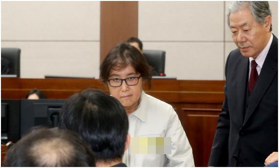최순실 씨가 19일 오후 서초구 서울중앙지법 형사대법정에서 열린 국정농단사건 첫 재판에 들어서고 있다. 사진공동취재단