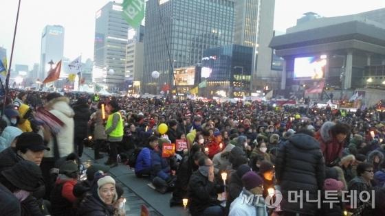 '박근혜 정권 퇴진 비상국민행동'(퇴진행동)은 24일 오후 5시 서울 광화문광장에서 9차 촛불집회를 열었다. 이날 오후 5시 현재 주최추산 25만명이 광화문광장으로 모였다. /사진=윤준호 기자