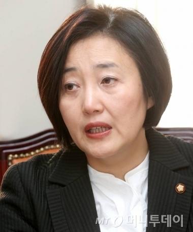 김성태 위원장 휴대폰으로 페이스북 라이브 방송을 하고 있는 박영선 의원. /자료=박영선 의원 페이스북 캡처