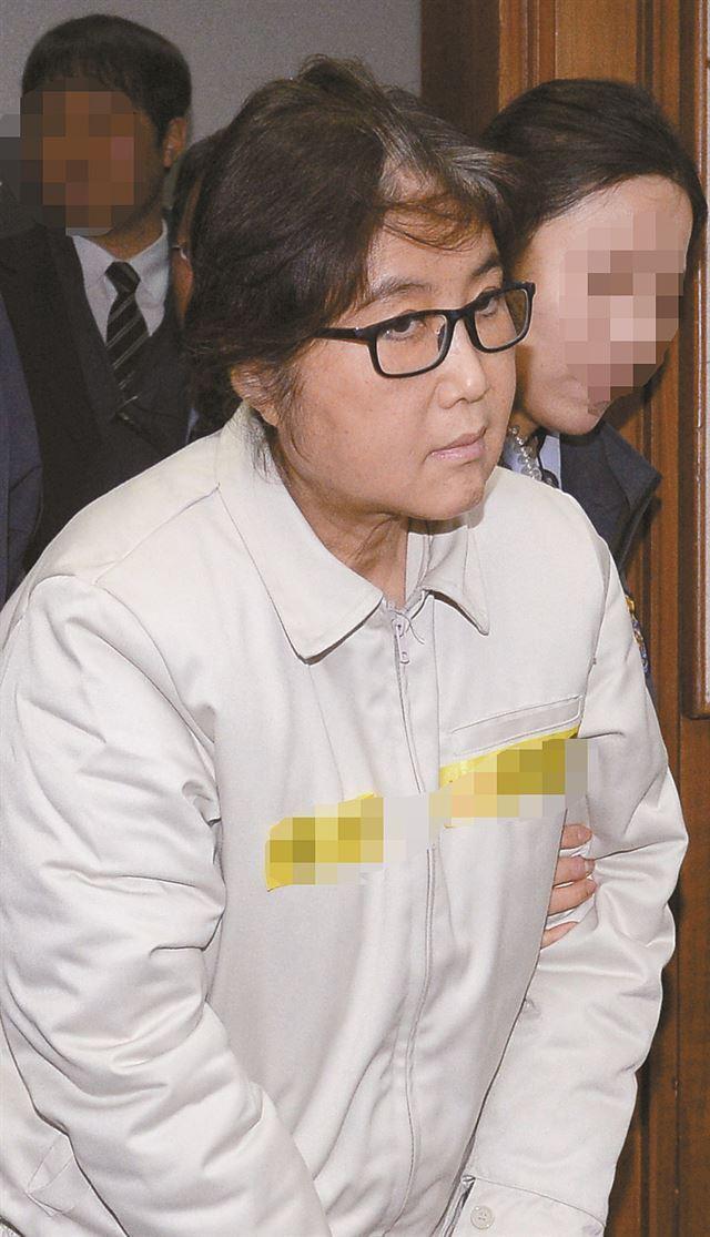지난 19일 오후 국정농단 관련 첫 재판이 열린 서울중앙지법 대법정에 최순실씨가 들어서고 있다. 사진공동취재단