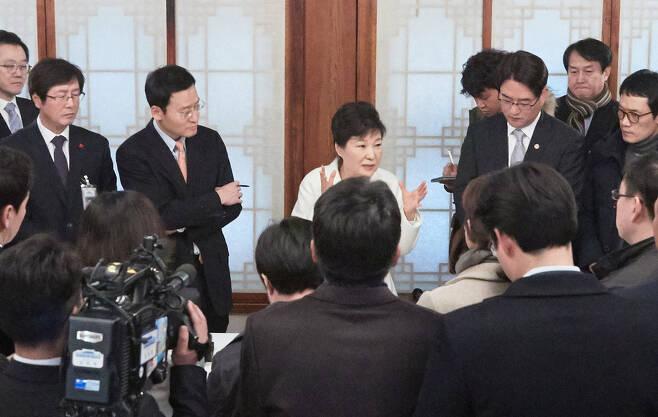 박근혜 대통령이 지난 1일 오후 청와대 상춘재에서 출입 기자들과 간담회를 하고 있다. 청와대 제공