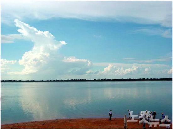 바라이호수는 여행객들은 물론 많은 캄보디아인들도 물놀이를 즐기러기 위해 찾는다.(사진=투어2000 제공)