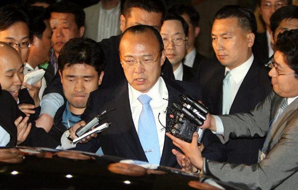 김승연 한화그룹 회장이 2007년 서울 남대문경찰서에서 밤샘조사를 받고 나와 차에 오르고 있다. 박종식 기자 anaki@hani.co.kr