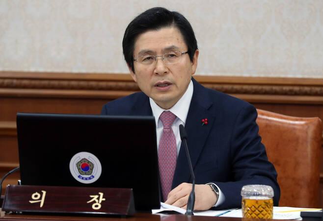 황교안 대통령 권한대행이 지난 31일 오전 정부서울청사에서 열린 국무회의에 참석해 모두 발언을 하고 있다. 청와대사진기자단
