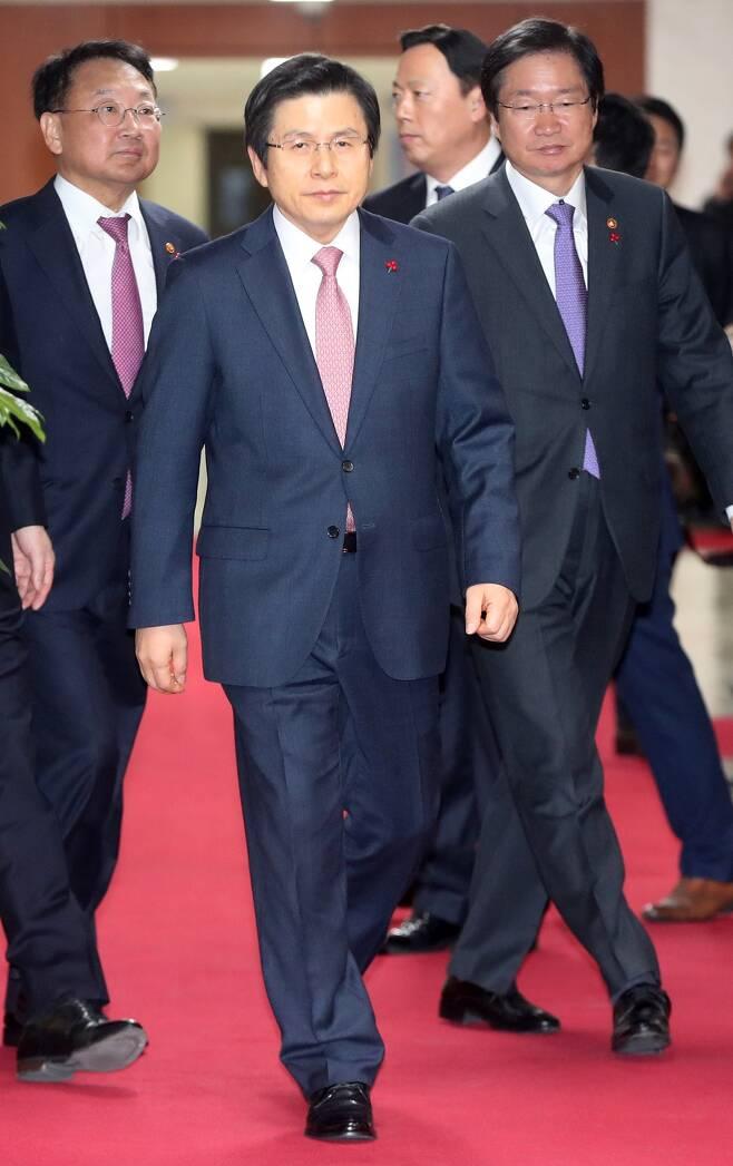 황교안 대통령 권한대행이 지난 31일 오전 정부서울청사에서 열린 국무회의에 참석하고 있다. 청와대사진기자단