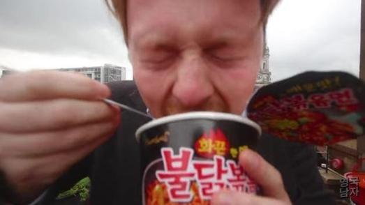인기 유튜버 '영국남자'가 올린 불닭볶음면 시식 영상. / 유튜브 캡처