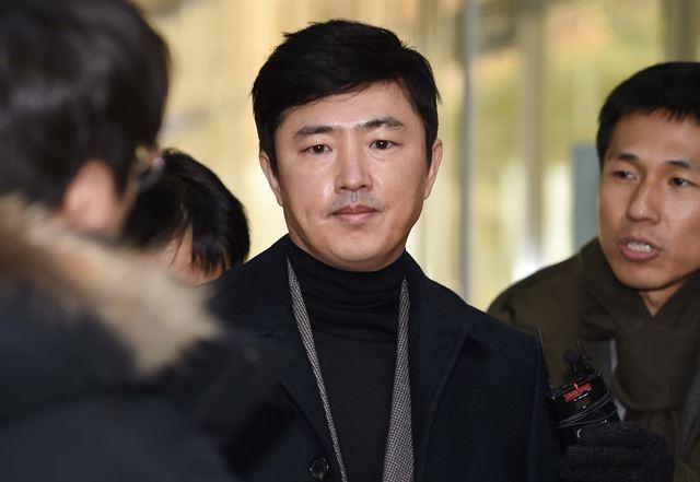 고영태 전 더블루K 이사가 6일 최순실 씨 재판에 증인으로 참석하기 위해 서울 서초동 서울중앙지방법원에 들어서고 있다. 고영권 기자