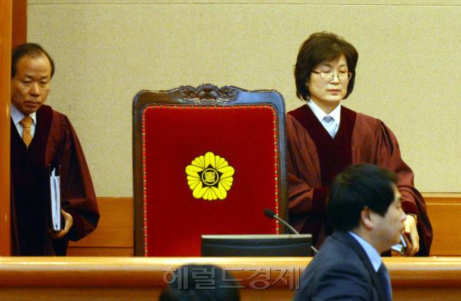 헌재 대심판정에 입장하는 이정미 소장 권한대행(오른쪽)[사진=헤럴드경제DB]