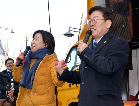 이재명 성남시장(오른쪽)과 심상정 정의당 상임대표가 11일 서울 종로구 세종문화회관 앞에서 열린 '탄핵 버스킹'에서 발언하고 있다./ 사진제공=뉴스1