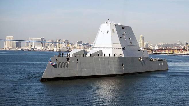 스텔스 기능에 헬리콥터와 무인기 이착륙까지 가능한 미국의 차세대 구축함 줌월트(DGG-1000)가 미국 샌디에이고항에 정박하고 있다. 미 해군 최첨단 구축함인 이 배의 155㎜ 함포는 154㎞까지 타격할 수 있으며 토마호크 등의 순항미사일을 쏠 수 있는 20개의 수직발사대가 설치돼 있다. 또 2020년께 전자기력을 활용해 무거운 탄체를 음속 8배의 초고속으로 발사하는 레일건도 장착할 예정이다. 위키미디어·미 해군 제공
