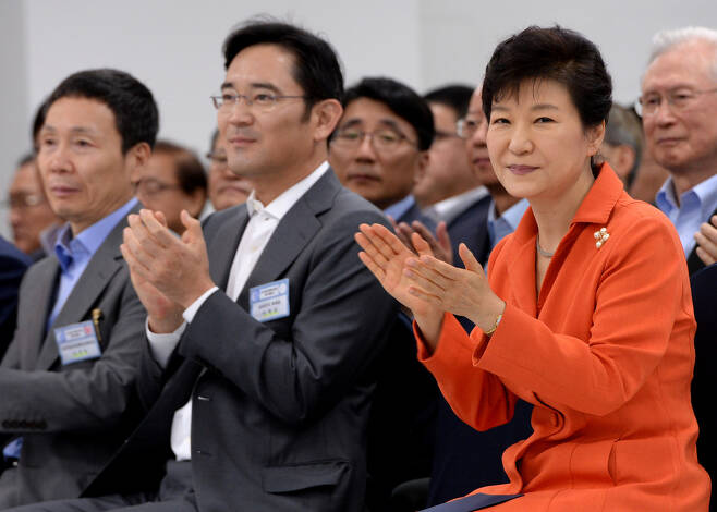 박근혜 대통령과 이재용 삼성전자 부회장이 2014년 9월15일 대구무역회관에 열린 대구창조경제혁신센터 확대 출범식에서 나란히 앉아 박수를 치고 있다. 청와대사진기자단