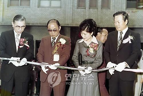 (서울=연합뉴스) 1977년 3월 16일 당시 대한구국봉사단 명예총재였던 박근혜 대통령과 총재 최태민(왼쪽에서 두번째)씨가 서울 동대문구 용두동에서 열린 불우노인들을 위한 경로병원 개원식에서 테이프를 끊고 있다. [연합뉴스 자료사진]