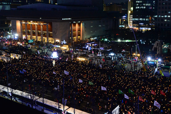 18일 오후 서울 광화문광장에서 열린 제16차 촛불집회에 참석한 시민들이 촛불을 들고 박근혜 대통령 탄핵 촉구와 특검 연장을 촉구하고 있다. /사진=뉴스1