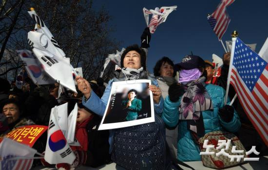 25일 오후 서울광장에서 열린 박근혜 대통령 탄핵 반대 집회에 참석한 친박단체 회원들이 구호를 외치고 있다. (사진=황진환 기자)