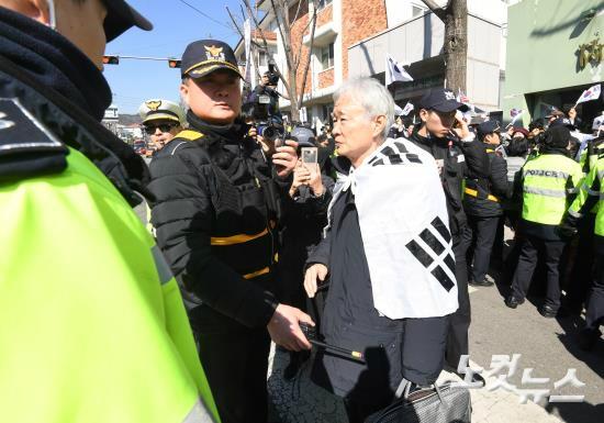 박근혜 대통령에 대한 탄핵심판 최종변론을 앞둔 27일 오후 서울 종로구 재동 헌법재판소에 박근혜 대통령 법률대리인 서석구 변호사가 태극기를 몸에 두르고 들어서고 있다. (사진=이한형 기자)