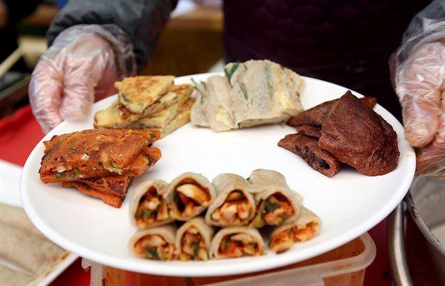 한 접시에 건강한 정선의 주전부리가 다 모였다. 한국관광공사 제공.