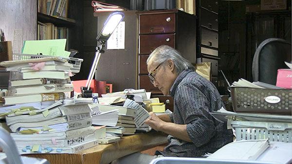 ⓒRKB 매일방송 제공 하야시 에이다이 씨는 사설 도서관 '아리랑 문고'를 집필실로 사용하고 있다.