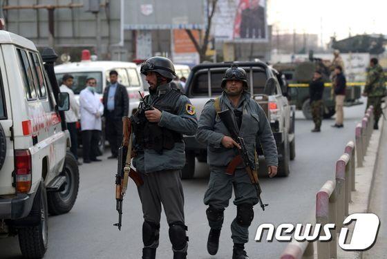 아프간 경찰이 테러가 발생한 카불 군사 병원 앞에 긴급 투입됐다. © AFP=뉴스1