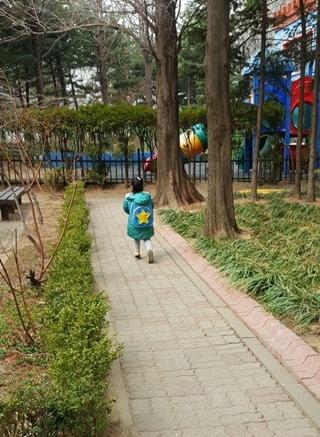 가방 메고 유치원에 가는 큰아이. 아직은 유치원 가방이 커 보인다.