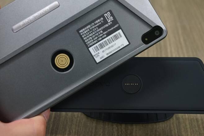 파인드라이브 T는 거치대에 전원만 연결하면 부착하는 것으로 충전이 이뤄진다.