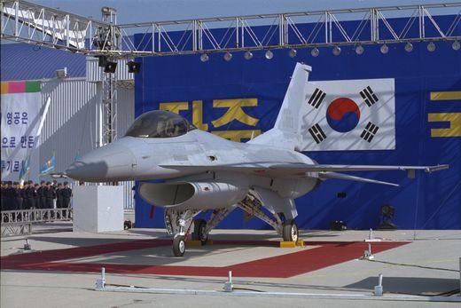 지난 1995년 한국 차세대전투기사업(KFP)으로 추진해온 F-16 C/D전투기 국내생산 기념식이 경남 사천비행장에서 거행됐다. [사진 중앙포토]