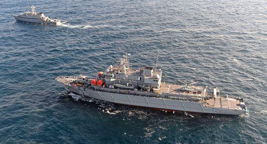 부산 근해에서 한국 해군 신형 구조함인 통영함이 기뢰제거함인 옹진함과 함께 협동작전 항해 시연을 하고 있다. [사진 중앙포토]