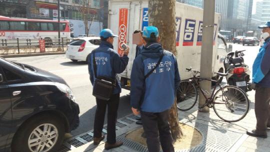 서울 서초구 단속반원들이 지난 3일 강남대로 금연구역에서 담배를 피우던 한 남성을 적발해 위반사실을 고지하고 있다. /박우인기자