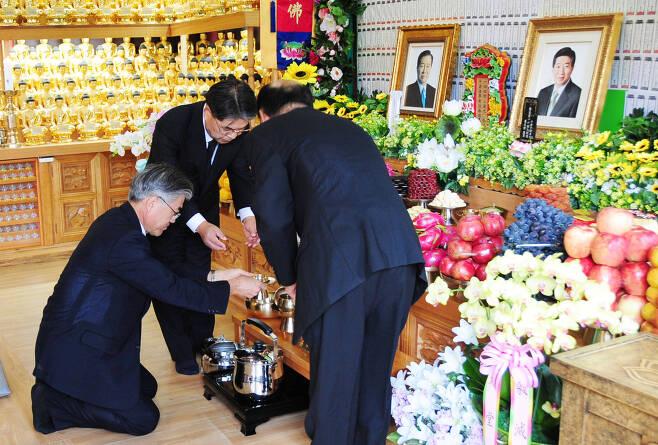 고(故) 노무현 전 대통령이 서거한 지 100일째인 지난 2009년 8월 30일 문재인 당시 전 청와대 비서실장 등 참여정부 인사들이 경남 김해시 봉화산 정토원 법당에서 열린 '100재'에 참석해있다.