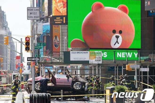 18일(현지시간) 미국 뉴욕 타임스퀘어 앞 45번가와 브로드웨이 교차로에서 차량이 인도로 돌진해 1명이 숨지고 22명이 다쳤다. © AFP=뉴스1