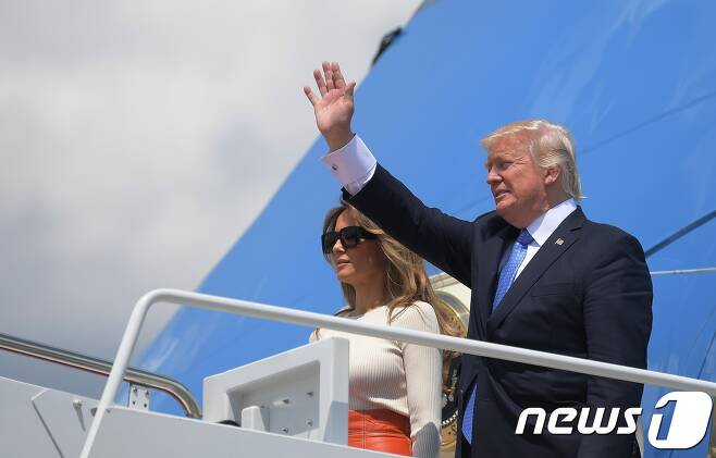 도널드 트럼프 미국 대통령과 부인 멜라니아 여사가 19일(현지시간) 첫 해외 순방지인 사우디아라비아로 향하는 전용기 에어포스원에 오르고 있다. © AFP=뉴스1