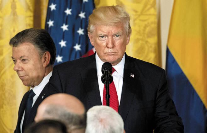 도널드 트럼프(오른쪽) 미국 대통령이 18일(현지 시각) 백악관에서 후안 산토스(왼쪽) 콜롬비아 대통령과 정상회담을 한 후 가진 공동 기자회견에서 기자들의 질문을 듣고 있다. /EPA 연합뉴스