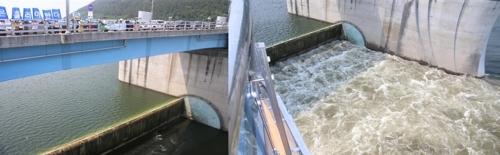 (창녕·함안=연합뉴스) 김선경 기자 = 1일 오후 2시께 경남 창녕함안보의 회전식 수문이 열리자 강이 물보라를 일으키며 흘러가고 있다. 2017.6.1