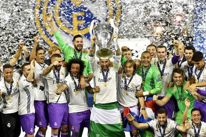 레알 마드리드가 유럽 챔피언스리그 우승을 확정지은 뒤 트로피를 들고 기뻐하고 있다. 사진=AFPBBNews