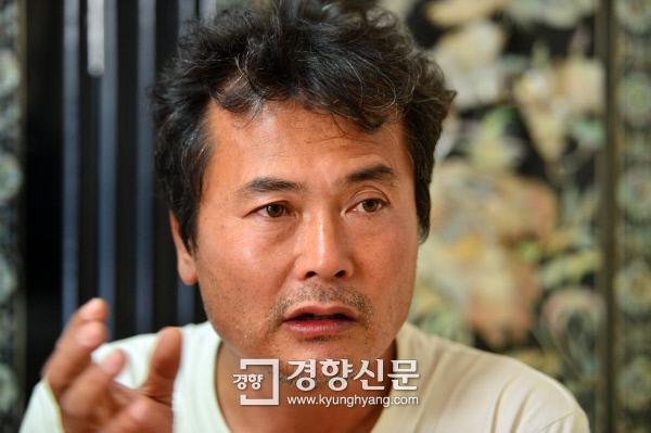 '4대강지킴이'김종술 오마이뉴스시민기자가 경향신문과 인터뷰하고 있다.                                                                               정지윤기자