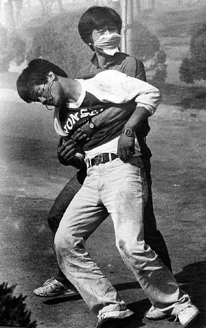 (서울=연합뉴스) 안홍석 기자 = 1987년 6월 9일 연세대 앞 시위에서 최루탄에 피격당한 이한열 열사의 사진. 당시 로이터통신 사진기자 정태원씨가 촬영한 이 한 장의 사진은 6월 민주항재의 기폭제가 됐고, 세계 민주주의 역사에 남았다. [ⓒ정태원=로이터통신 ㈔이한열기념사업회 제공] 2017.6.7  (끝)