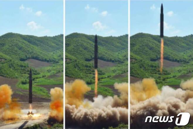 북한이 대륙간탄도미사일(ICBM) '화성 14형' 발사에 성공했다고 노동신문이 5일 보도했다. (노동신문) 2017.7.5/뉴스1 © News1 민경석 기자