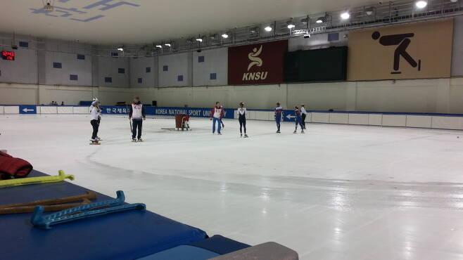 러시아 쇼트트랙 대표팀이 10일 한국체육대학 빙상장에서 훈련하고 있다.